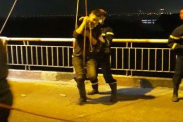 Cứu hộ thanh niên ngã từ cầu Chương Dương xuống sông Hồng