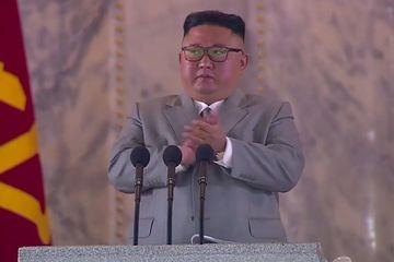 Hành động 'bất ngờ' của ông Kim Jong-un trong lễ duyệt binh