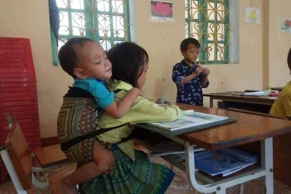 Thầy hiệu trưởng tiết lộ tin ấm lòng về bé 7 tuổi cõng em 20 tháng đến lớp học