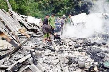 Nghệ An: Nhà gỗ 3 gian bị thiêu rụi trong chốc lát, gia đình 4 người bơ vơ