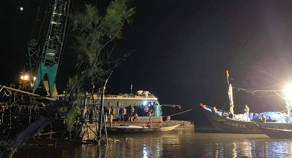 Tìm thấy một thi thể trong vụ lốc xoáy đánh chìm tàu ở Quảng Nam