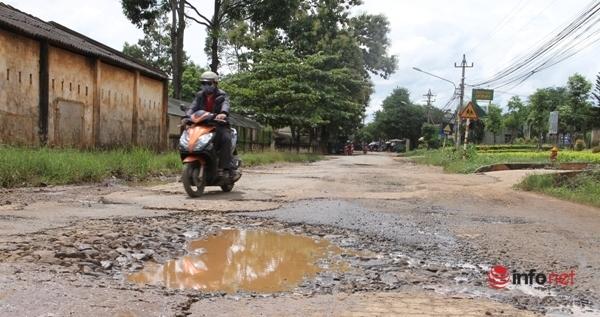 Đắk Lắk: 'Toát mồ hôi' con đường toàn ổ voi, lởm chởm đá, ngập nước giữa phố