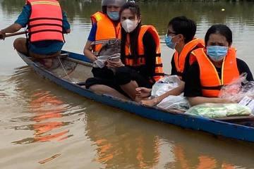 Thủy Tiên co ro trên ghe giữa mênh mông nước lũ đi phát nhu yếu phẩm cho bà con
