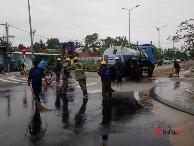 Huế: Toàn dân 'tổng vệ sinh', cùng nhau dọn sạch bùn đất ngay sau khi nước rút