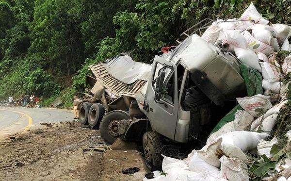 Quảng Nam: Xe tải đâm vào taluy, tài xế tử vong trong cabin
