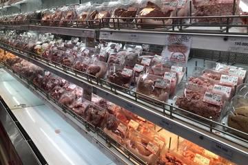 Lợn hơi giảm giá mạnh, thịt lợn bán lẻ vẫn giữ giá cao
