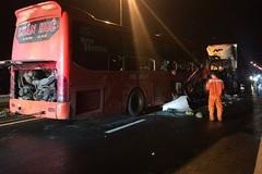 Xe khách va xe đầu kéo gần hầm Hải Vân, 2 người chết, 15 người bị thương