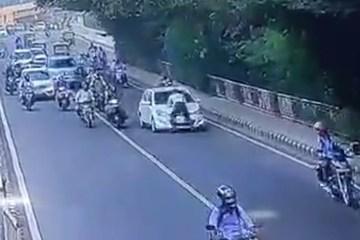 Tài xế liều lĩnh hất cảnh sát bám trên nắp capo xuống đường ở Ấn Độ