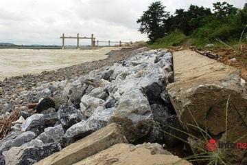 Bờ kè chống sạt lở sông Lam 'há miệng', đứt gãy sau khi đụng nước