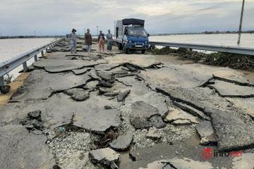 """Huế: Hình ảnh sửng sốt Quốc lộ 49B """"lột vỏ"""" sau mưa lũ"""