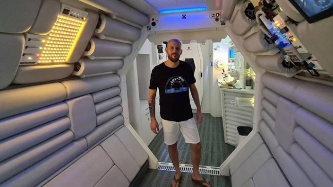 Hô biến căn hộ thành phi thuyền 'người ngoài hành tinh'