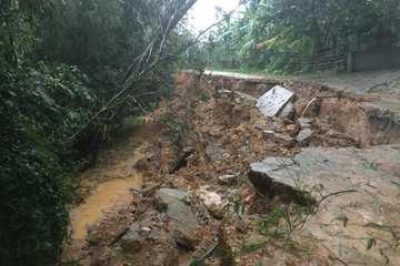 Hà Tĩnh: Mưa lớn, đường sạt lở 'hố tử thần', dân lo sập nhà