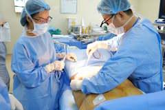 """Phẫu thuật cắt bỏ da thừa, mỡ bụng """"giải cứu"""" người phụ nữ cân nặng 105 kg"""