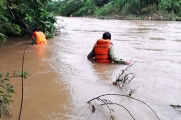 Nghệ An: Hàng trăm người nỗ lực tìm kiếm người đàn ông bị nước lũ cuốn trôi