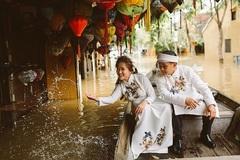 """Giữa mùa nước lũ, cặp đôi vẫn """"liều mình"""" chụp ảnh cưới để đời"""