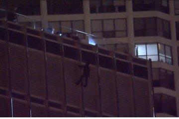 Người đàn ông lơ lửng trên tầng 16 đòi nói chuyện với TT Trump