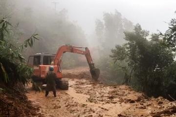 Tảng đá hơn 20 tấn án ngữ đường vào thủy điện Rào Trăng 3, việc tìm kiếm 15 người mất tích khó khăn hơn