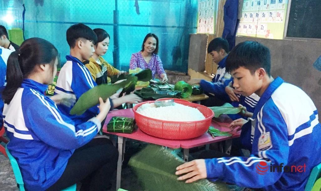 Học sinh xứ Nghệ thức thâu đêm nấu bánh chưng gửi người dân vùng lũ