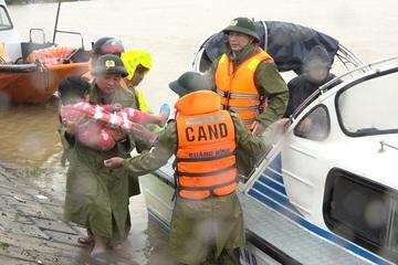 Công an vượt lũ đưa người bị thương kịp tới viện cấp cứu