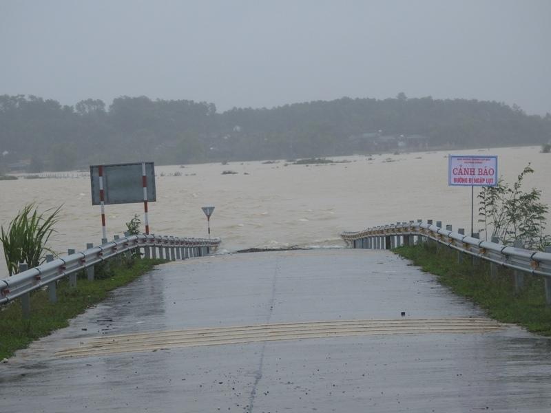 Hà Tĩnh: Cán bộ xã đi họp đồng hương giữa cao điểm lũ lụt, Bí thư huyện nói gì?