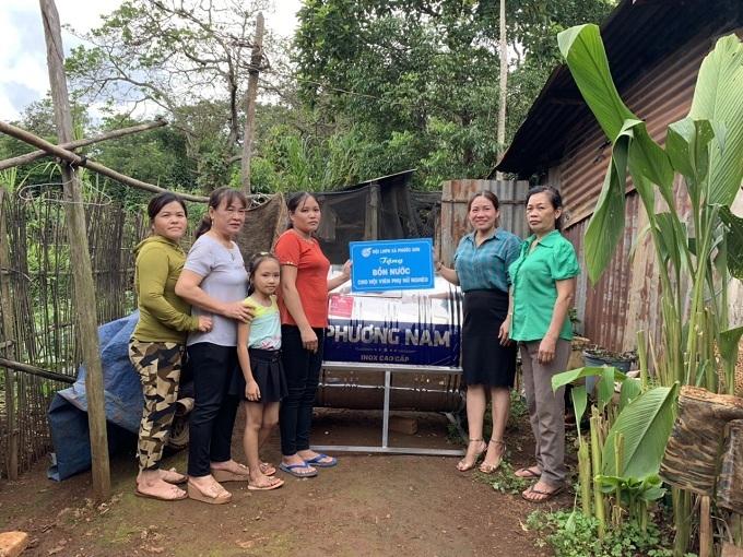 Bình Phước: Hội phụ nữ tặng bồn nước sạch cho các hộ gia đình nghèo