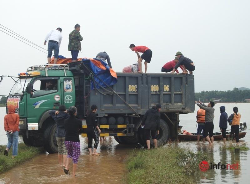 Lửa ấm tình người, dân vùng lũ kéo nhau đi cứu trợ đồng bào ở rốn lũ