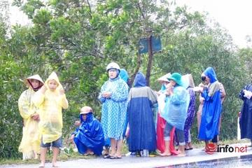 Quảng Bình: Nhiều người dân đội mưa ra đường vẫy xe xin cứu trợ lương thực, nước uống