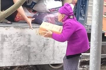 Xúc động cụ bà 93 tuổi lưng còng ôm thùng mì tôm gửi xe ủng hộ đồng bào bị lũ lụt