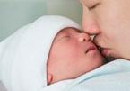 Trẻ nhỏ bị viêm hô hấp do virus RSV: Đừng 'thơm' vào mặt trẻ