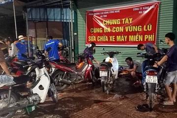 Đội quân sửa xe miễn phí 'hồi sinh' xe máy cho bà con vùng tâm lũ Hà Tĩnh