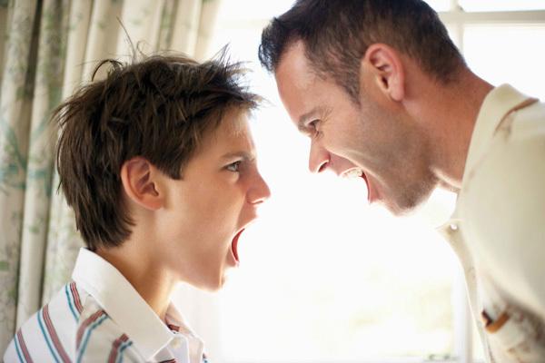 Làm gì khi con trai vào tuổi 'gàn dở', ương bướng, xấc xược khiến cha mẹ 'phát điên'?