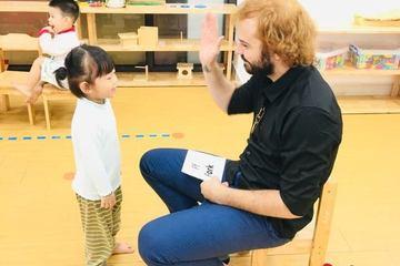 """Cho trẻ làm quen tiếng Anh từ 3 tuổi: Trường mầm non """"trắng"""" giáo viên ngoại ngữ, chất lượng ai chịu?"""