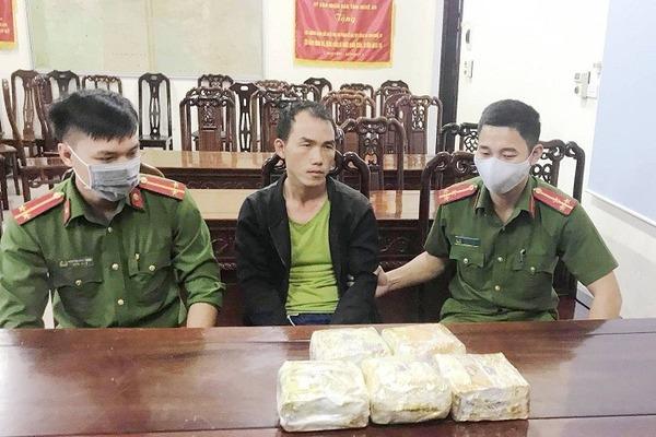 Bác sỹ ngoại quốc vận chuyển 5kg ma túy đá vào Việt Nam tiêu thụ