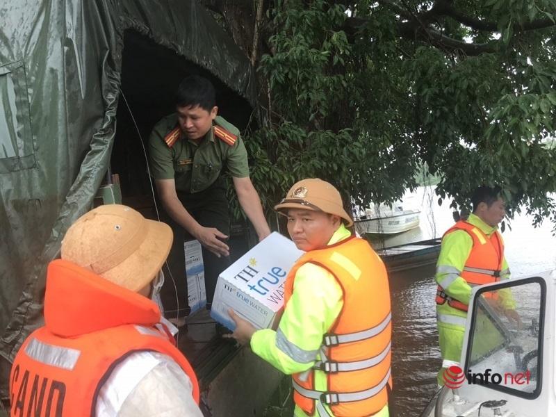 Đội phó CSGT dầm mình trong lũ dữ cứu người 'xin lỗi vợ vì bận bồng bế bao người phụ nữ khác' trong ngày 20/10