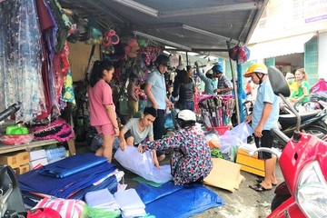 Nghe tin bão số 9 siêu mạnh, giật cấp 17, người dân miền Trung đổ xô đi mua đồ chống bão