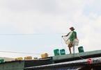 Quảng Nam: Người dân đưa bao cát, thùng dầu lên mái nhà chống bão số 9