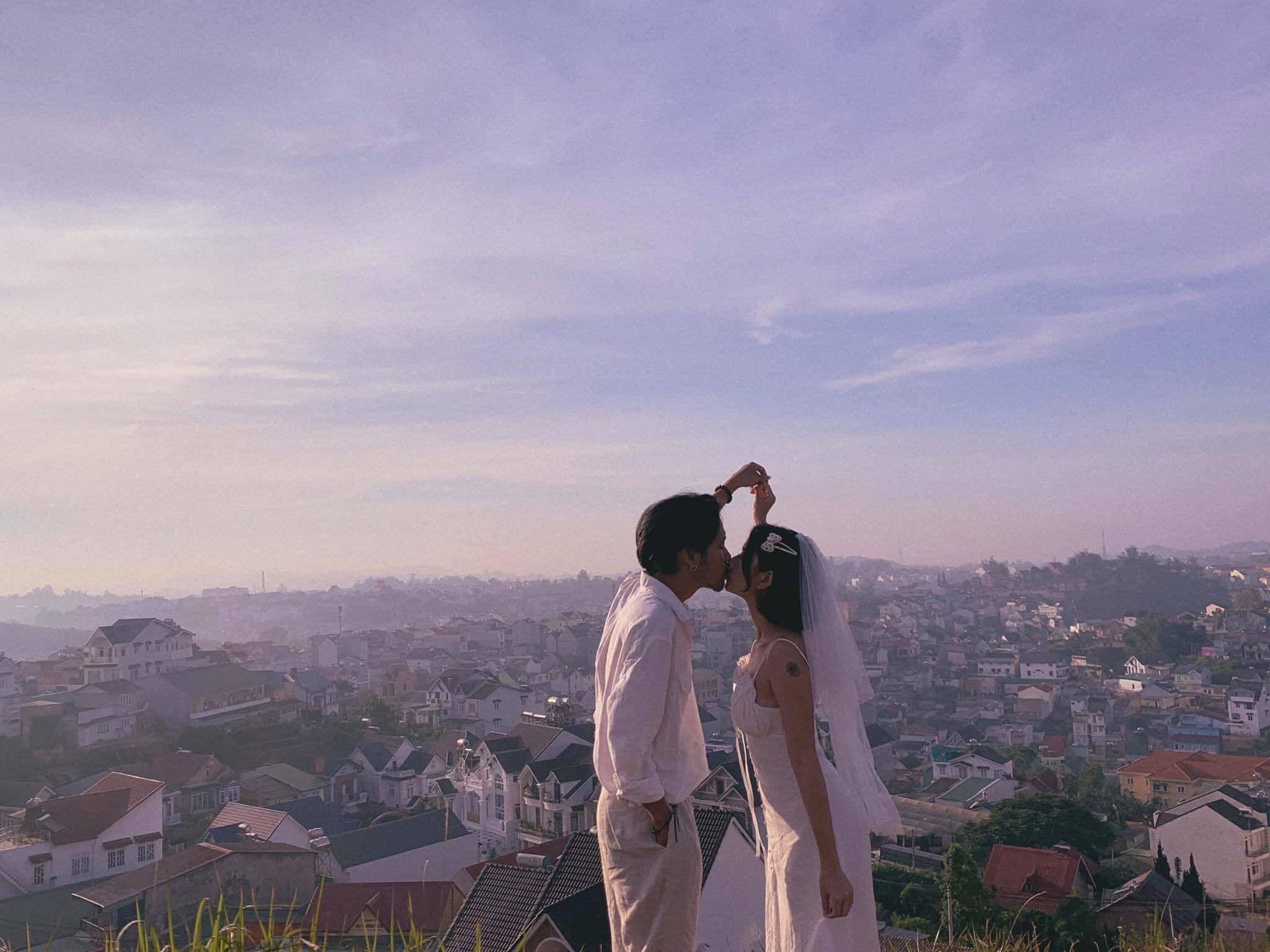 Ảnh cưới 'siêu' lãng mạn tự chụp bằng tripod của cặp đôi 2222 ngày yêu nhau