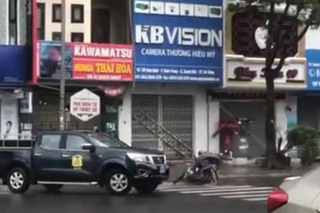 Clip: Bão số 9 quật ngã người đi đường ở Đà Nẵng