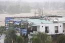 Clip: Bão số 9 đổ bộ đất liền, Quảng Nam gió cực lớn, hàng chục ngôi nhà tốc mái