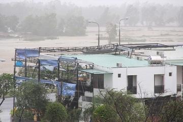 Clip: Bão số 9 đổ bộ đất liền, Quảng Nam gió cực lớn, hàng chục ngôi nhà tốc mái,