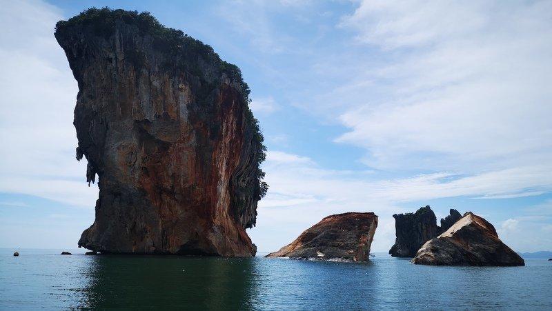 Khoảnh khắc kinh ngạc tảng đá 30.000 tấn vỡ đôi ở Thái Lan