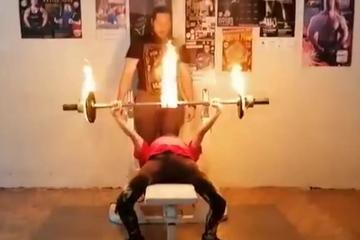 Kinh ngạc tài nghệ nâng thanh tạ đang cháy của bé gái 12 tuổi