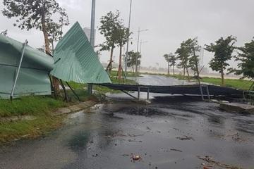 Bão số 9 đổ bộ: Nhiều nhà dân bị gió giật tốc mái, cây đổ ngổn ngang