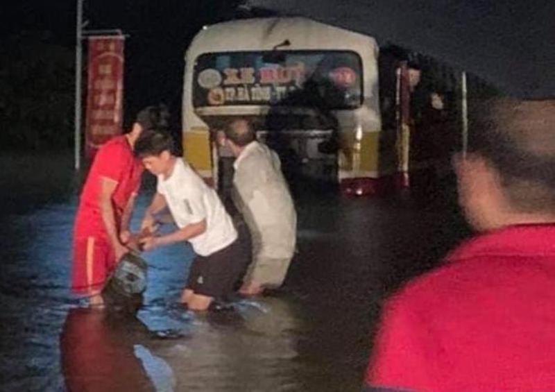 Hà Tĩnh: Vượt qua biển cấm vào đường ngập sâu do lũ, xe buýt suýt bị cuốn trôi
