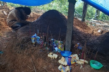 Hỗ trợ nữ sinh gục khóc bên mộ cha mẹ sau vụ sạt lở ở Nam Trà My