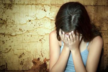 Bị kết tội dâm ô trẻ em khi hôn người dưới 16 tuổi
