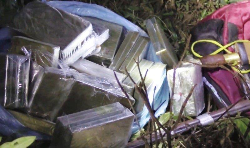Nhóm đối tượng bỏ chạy thoát thân, vứt lại 30 bánh heroin ở biên giới Việt - Lào