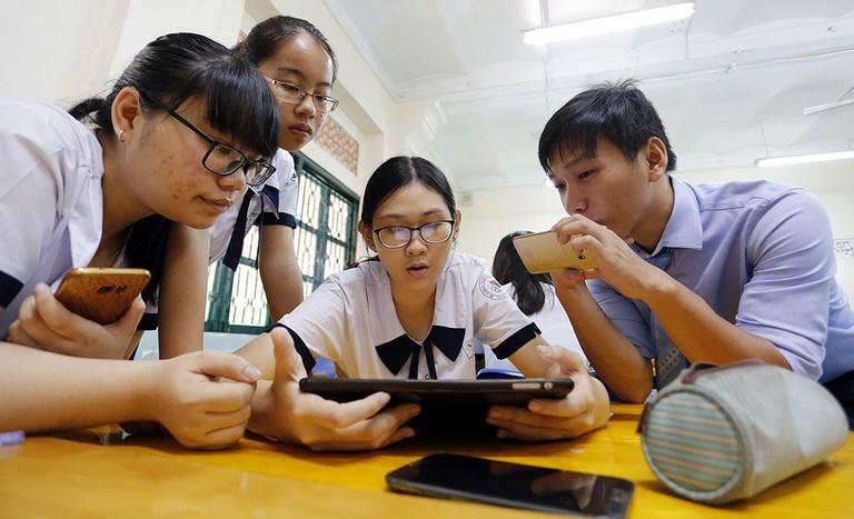 Cho học sinh dùng điện thoại trong giờ học: Trường hồ hởi triển khai, trường vẫn cấm tiệt!