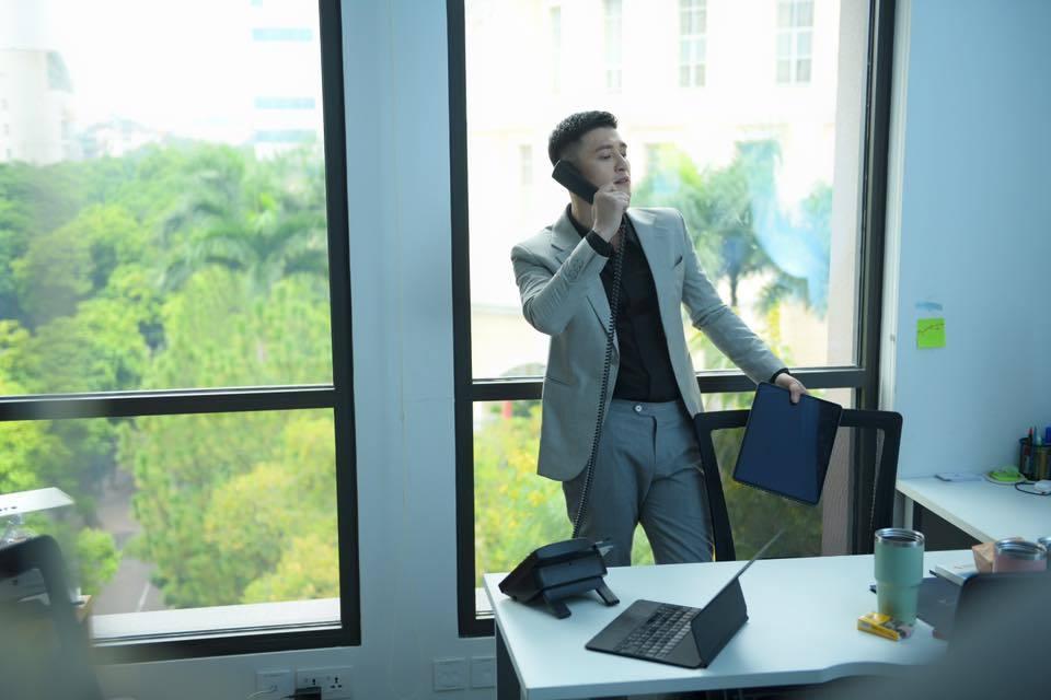 Soi gu ăn mặc của nam diễn viên có gương mặt 'thiên thần' Huỳnh Anh