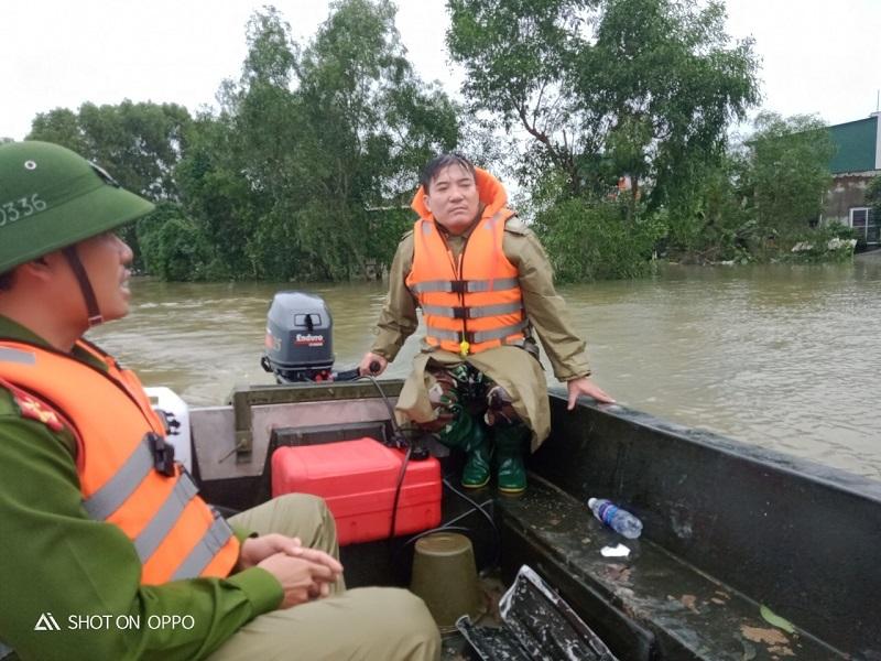 Trưởng công an xã lái xuồng cứu trăm người trong lũ dữ, bỏ nhà ngập hỏng hết